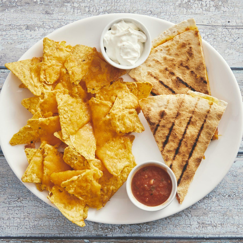 Bandido plate 55,- 1/2 quesadilla med lille nachos og salsa og creme fraiche