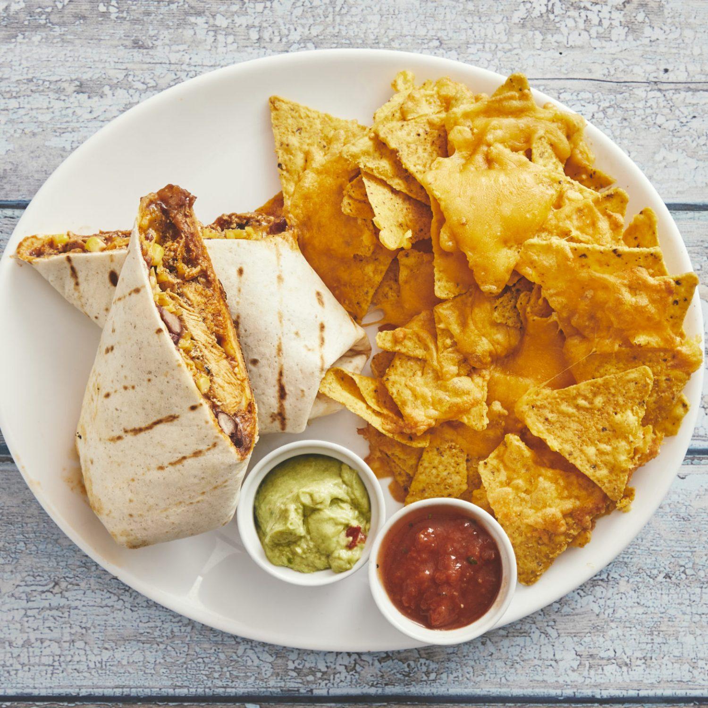 Burrito plate, vælg med grilled chicken, pork carnitas, beef barbacoa eller veggie/vegansk + nachos og salsa og guacamole 115,-