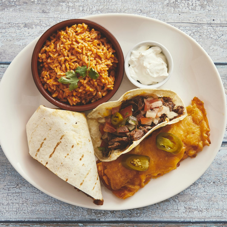 Combo plate, 1 mini pork burrito, 1 enchilada, 1 beef taco, mexicansk ris og creme fraice 145,-