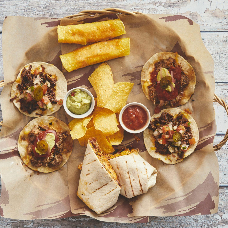 Des-pa-cito til 2 personer, 2 flautas, 2 beef tacos, 2 pork tacos, 1 grilled chicken burrito, tortilla chips og salsa og guacamole 240,-
